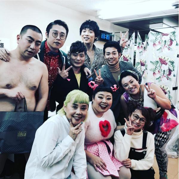 舞台出演者たちと綾部祐二(出典:https://www.instagram.com/oreirie0408)