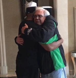 救助した男性の父と抱擁(出典:https://www.instagram.com/iamjamiefoxx)