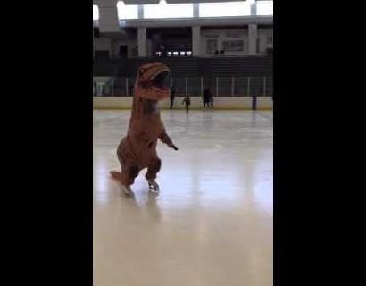 【海外発!Breaking News】恐竜がリンクに! T-Rexの見事なスケートに拍手喝采(米)