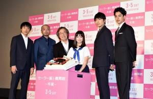 機関銃がデコレーションされたバースデーケーキとともに 橋本環奈と共演者、監督
