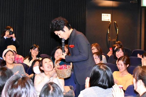 会場後方から現れた安田顕 手渡しでチョコをプレゼント