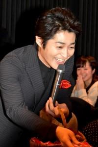 観客にチョコをプレゼントする 安田顕