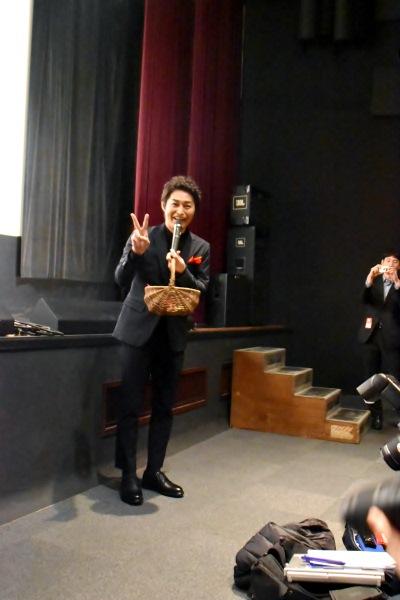 記事を書く記者にニッコリピースサイン 安田顕