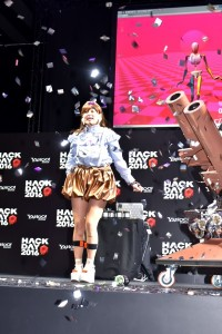 篠崎愛もイベントにて「愛のバズーカー」を実演