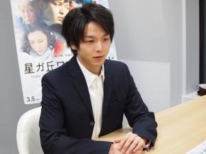 テックインサイトのインタビューに応じる中村倫也