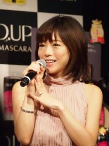 結婚指輪がキラリ! 釈由美子
