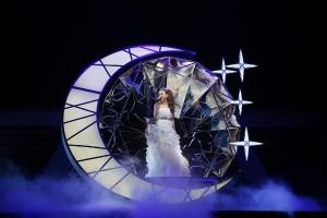 月のオブジェの中で『TSUKI』を熱唱する 安室奈美恵