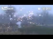 【海外発!Breaking News】中国の村で繰り広げられる超キケンな「花火戦争」