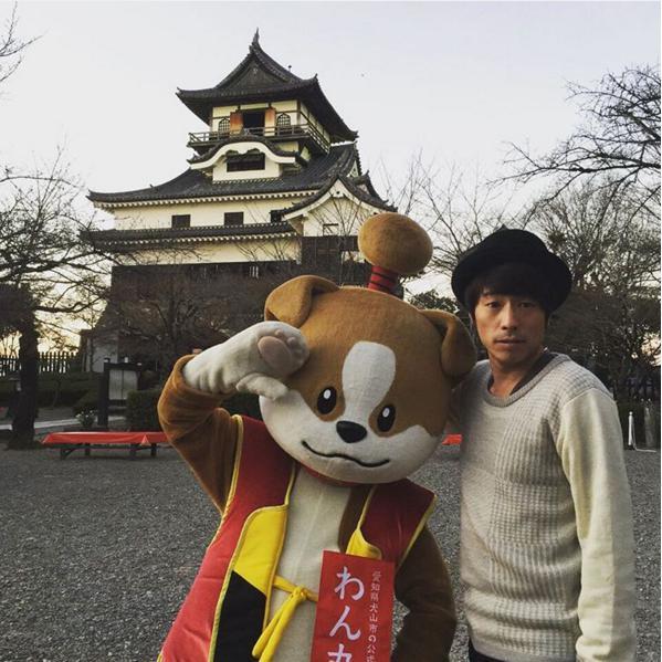 犬山城を背にわん丸君と田村淳(出典:https://www.instagram.com/atsushilb)