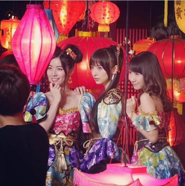 AKB48新曲『君はメロディー』での篠田麻里子(中央)(出典:https://www.instagram.com/maricollet3)