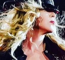【イタすぎるセレブ達】マドンナ、ステージ上でセクハラ行為 女性ファンの胸を!