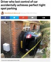 【海外発!Breaking News】土手を滑り落ちたBMW 狭い隙間にすっぽりはまる(英)