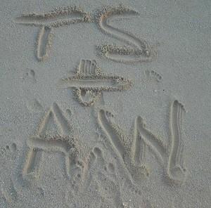 砂に書いたイニシャル(出典:https://www.instagram.com/taylorswift)