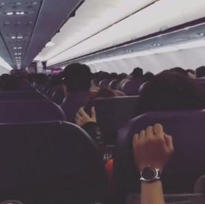緊迫する機内(出典:https://www.instagram.com/gg_galixon)