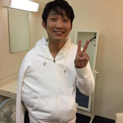 【エンタがビタミン♪】ノンスタ石田 パーカー姿で笑顔見せるも隠した右腕が「痛々しい」
