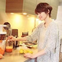 【エンタがビタミン♪】吉瀬美智子、自宅キッチンに立つ姿が「まるでドラマのワンシーン」