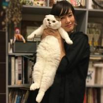 【エンタがビタミン♪】水川あさみ 念願叶い猫の「コム様」と初対面、キスシーンまで披露