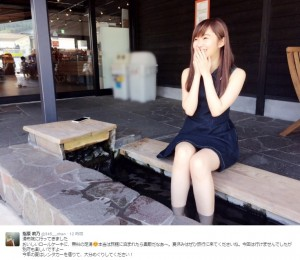 湯布院で足湯につかる指原莉乃(出典:https://twitter.com/345__chan)