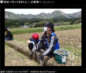 息子と作業する益若つばさ(出典:http://ameblo.jp/ameblo-tsubasa)