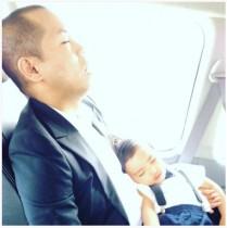 【エンタがビタミン♪】タカトシ・トシ「サルパパお疲れ」息子を抱えて居眠り