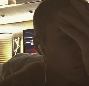 目尻にミニ十字架(出典:https://www.instagram.com/justinbieber)