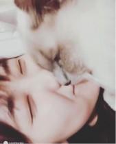 【エンタがビタミン♪】仁藤萌乃と愛猫のキスシーンに「ドキドキ」「ズキズキ」