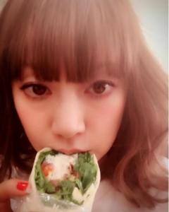 石川セリの差し入れを食べる大貫亜美(出典:https://www.instagram.com/ami_onuki)