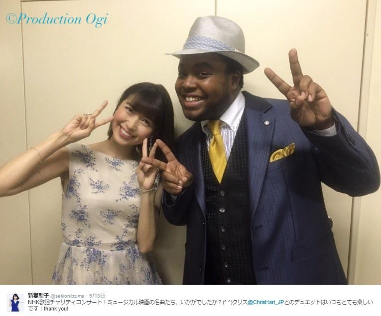『NHK歌謡チャリティコンサート』でクリス・ハートと(出典:https://twitter.com/seikoniizuma)