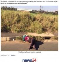 【海外発!Breaking News】道路に人形を放置 人と見せかけ停車した車を襲う罠が頻発(南ア)