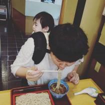 """【エンタがビタミン♪】大島美幸""""おんぶでご飯""""にママたち共感「母はどうにかして食べないと」"""
