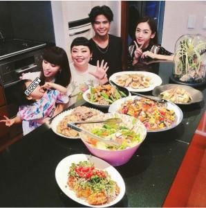 鈴木えみのホームパーティーで料理を前にする渡辺直美ら(出典:https://www.instagram.com/emisuzuki_official)