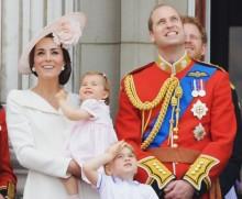 【イタすぎるセレブ達】エリザベス女王 式典中ウィリアム王子を叱る「立ちなさい!」