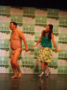 楽しそうに登場したとにかく明るい安村と横澤夏子
