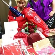 """【エンタがビタミン♪】カズレーザー """"赤、赤…真紅のバラ""""誕生日プレゼントに歓喜"""