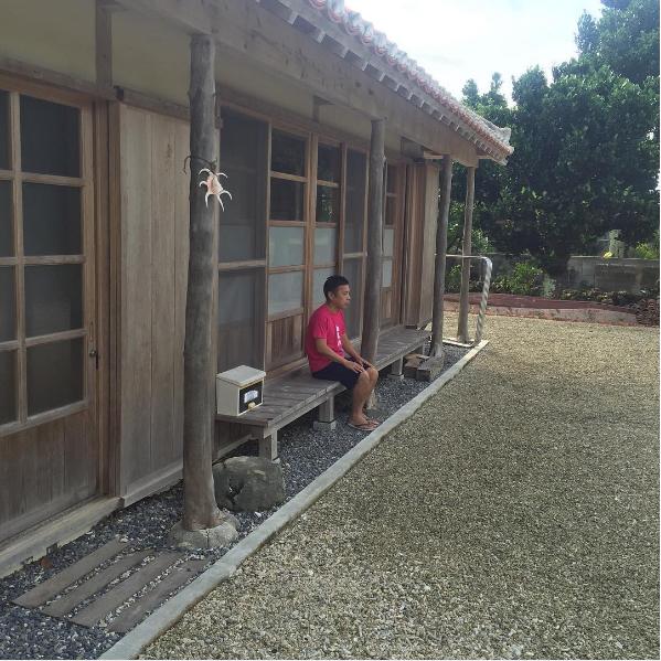 """【エンタがビタミン♪】岡村隆史、石垣島で佇む姿が""""おじぃちゃん""""のよう 疲れを心配する声も"""