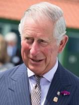 """【イタすぎるセレブ達】チャールズ皇太子、小学生が作った""""張り子のヘンリー王子""""に涙を流して大笑い!"""