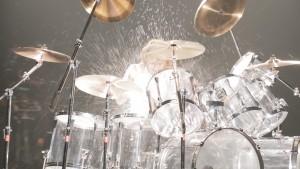 ドラムを叩くYOSHIKI メイキングカット