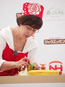 料理を披露する平野レミ