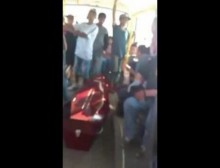 【海外発!Breaking News】アルゼンチンで路線バス大騒ぎ 「ちょっとそこまで」と棺桶が乗り込む<動画あり>