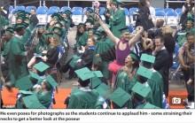【海外発!Breaking News】ピンクのチュチュで卒業証書を受け取った男子生徒(米)
