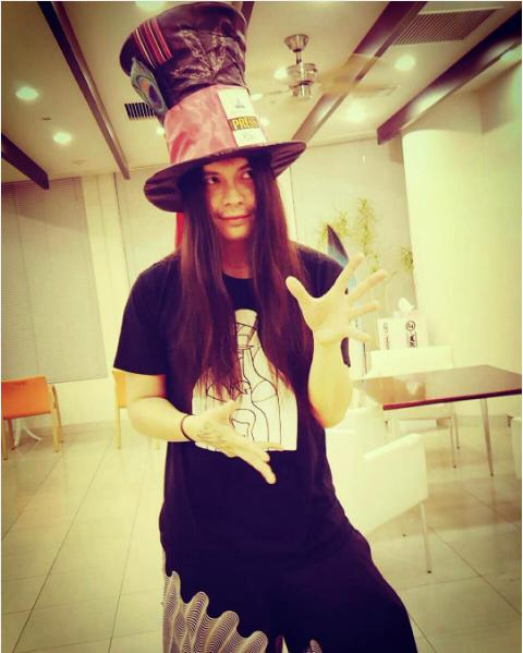 マッドハッターの帽子を被るKenKen(出典:https://www.instagram.com/p/BG_5El_lZKB)