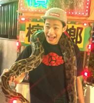 【エンタがビタミン♪】野村周平 大蛇を首に巻き付け笑顔 「世界中でモテたい!」