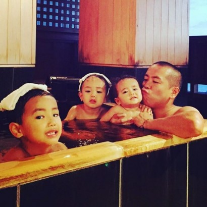 【エンタがビタミン♪】タカトシ・トシ、親子4人の入浴写真にほっこり まるで温泉旅館の広告みたい
