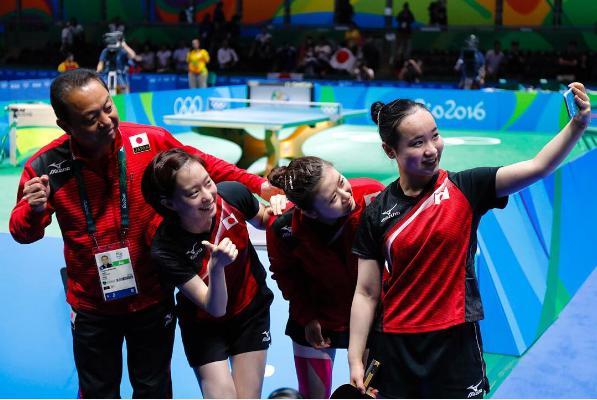 卓球女子日本代表の村上恭和監督と3選手(出典:https://www.instagram.com/team_nippon)