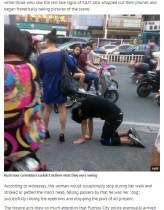 【海外発!Breaking News】まるで犬の散歩 男を鎖で引っぱり回す女 繁華街にSMカップル現れる(中国)
