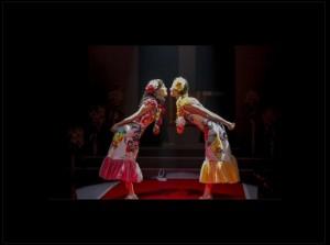 ハネムーン風衣装で「チュッ」するももたまい(出典:http://ameblo.jp/momota-sd)