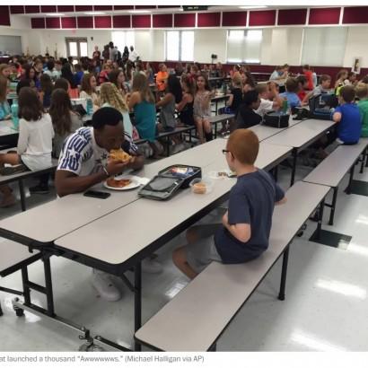 【海外発!Breaking News】1人でランチを食べる自閉症の息子、でもその日は違った 母の感謝の言葉に全米が感動