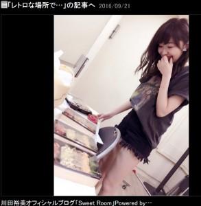 """""""バンドTシャツ""""姿で焼肉弁当を選ぶ指原莉乃(出典:http://ameblo.jp/kawata--hiromi)"""