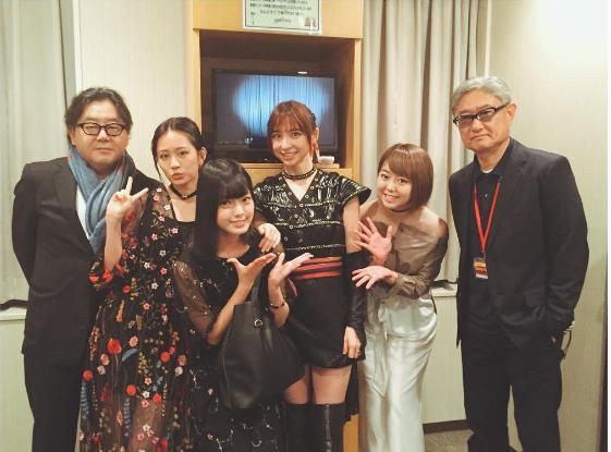 舞台『真田十勇士』の篠田麻里子を囲んで(出典:https://www.instagram.com/atsuko_maeda_official)