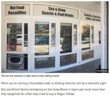 【海外発!Breaking News】チョコレートの隣にコンドーム、ダッチワイフの自動販売機が並ぶリゾート地(スペイン)